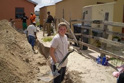 Frivillig og ansatte sammen på byggeprosjektet i Sør-Afrika