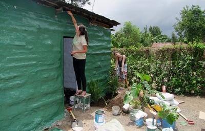 Frivillig maler en bygning på byggeprosjektet i Tanzania