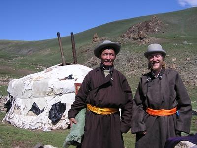 Frivillig på nomadeprosjektet utenfor telt sammen med vertsfar