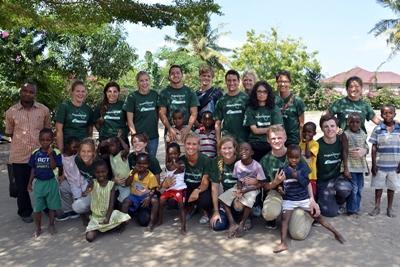 Frivillige på gruppereise deltar på barn og ungdom i Tanzania
