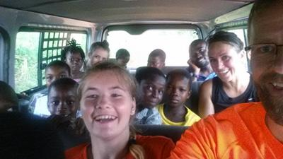 Lærere og elever i godt humør på gruppetur i Ghana