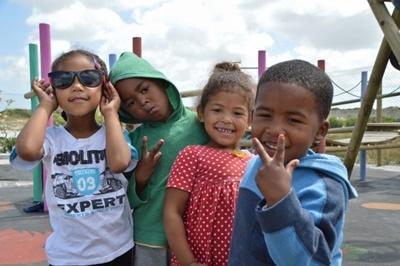 En gruppe barn poserer for fotografen på byggeprosjekt i Sør-Afrika