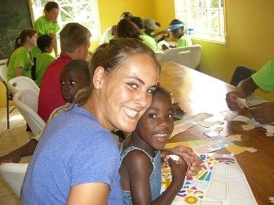 Frivillige jobber med barn på en workshop om katastrofeledelse på Jamaica