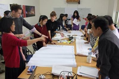 Frivillige på Internasjonal Utvikling planlegger arbeidet rundt et bord