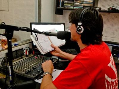 Journalistikkfrivillig er vert for et radioprogram i Argentina