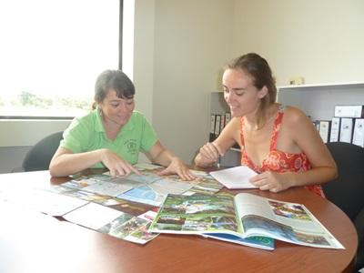 Frivillig og ansatt som analyserer nyhetene på journalistikkprosjektet i Costa Rica