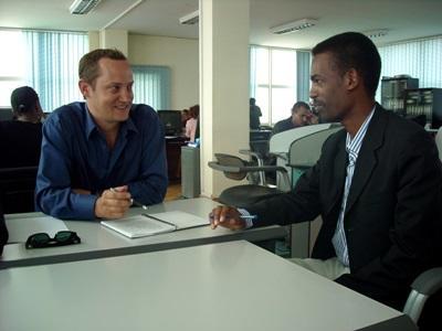 Ansatt og frivillig har et møte på journalistikkprosjektet i Etiopia