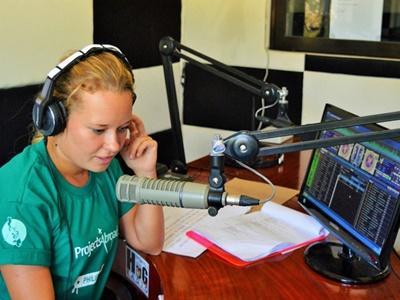 Frivillig jente som radiovert på journalistikkprosjektet på Filippinene