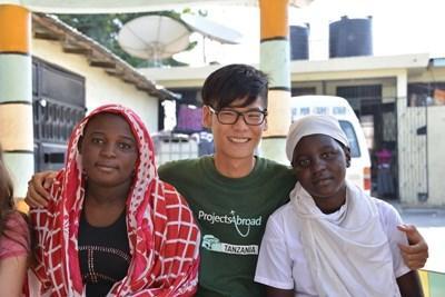 Frivillig jobber med lokale for å lage prosjekt for filmproduksjonsprogrammet i Tanzania