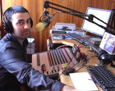 En journalistikkfrivillig i arbeid på plasseringen sin i Ghana