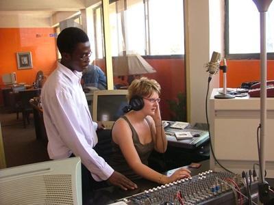 Studenter lærer å bruke radioutstyret på journalistikkprosjektet i Ghana