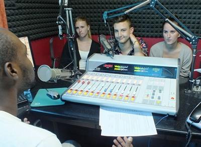 Studenter på radiojournalistikkprosjektet på Jamaica lærer å bruke studioutstyret