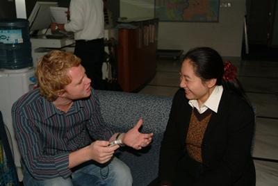 Frivillig og ansatt i møte på journalistikkprosjektet i Kina