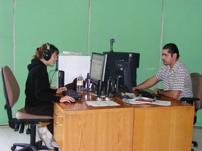 Frivillige spiller inn en radiosending på et Journalistikkprosjekt i Mexico