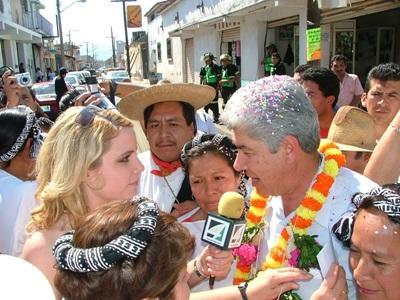 Radiointervju under en gatefestival i Mexico