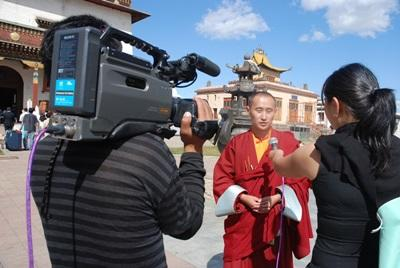 Frivillige intervjuer en munk på journalistikkprosjektet