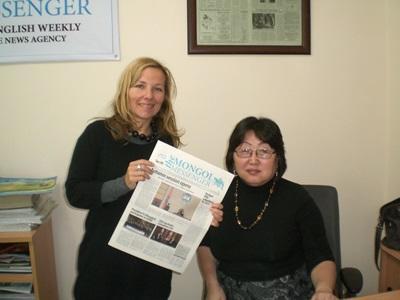 Frivillig innen printjournalistikk med en avis hun har laget i Mongolia