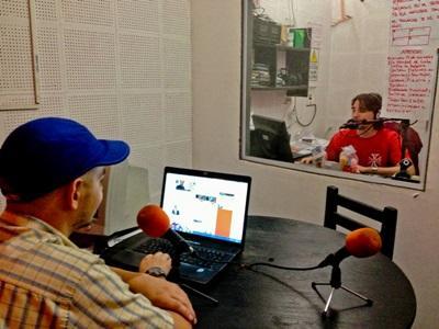 Student som er programvert på et radioprogram på journalistikkprosjektet i Argentina