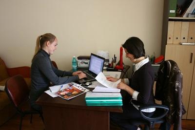 Amerikansk frivillig intervjuer for en avis i Romania