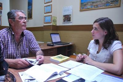 Frivillig samarbeider med ansatt på journalistikkprosjektet i Romania