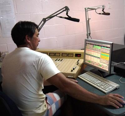Frivillige på radiojournalistikkprosjektet på Samoa spiller inn et radioprogram