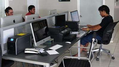 Frivillige skriver rapport på journalistikkprosjektet på Samoa