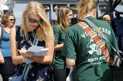 Frivillige ute i felten på journalistikkprosjekt i Sør Afrika