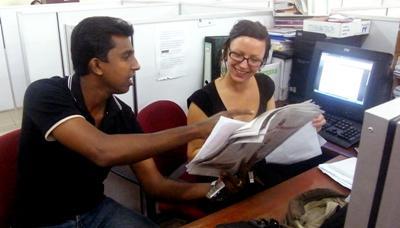 En lokal journalist hjelper en frivillig på et trykkeri på Sri Lanka