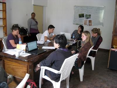 Journalistikkfrivillige i et møte i Tanzania med Projects Abroad