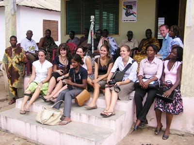 Gruppe med frivillige som jobber på journalistikkprosjektet i Tanzania med Projects Abroad