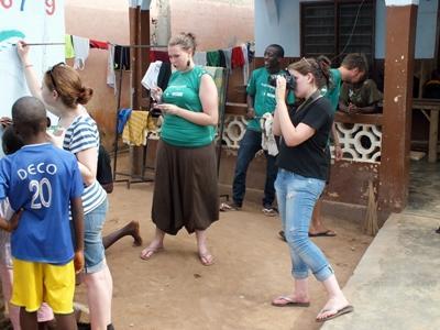 Journalistikkfrivillige filmer og fotograferer et lokalsamfunn i Togo
