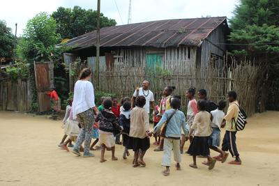 En frivillig leker ute sammen med en gruppe barn på Madagaskar