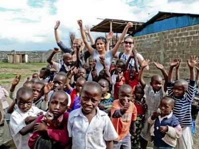 Frivillig med en klasse med barn på et omsorgsenter i Ghana på barn- og ungdomprosjektet