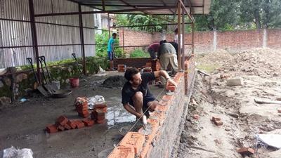 Frivillige bygger opp en ødelagt skole på gjenoppbyggingsprosjektet i Nepal