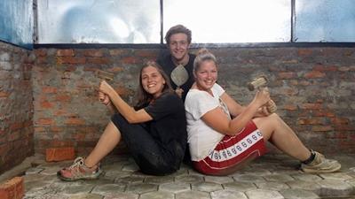 Frivillige har det morsomt på gjenoppbyggingsprosjekt i Nepal