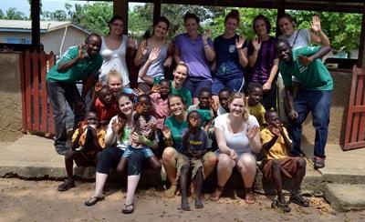 Frivillige jobber med barn på medisinprosjektet i Ghana