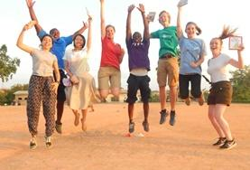Juniorfrivillige hopper av glede i Ghana