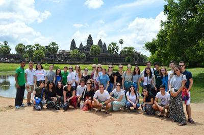 Gruppebilde av frivillige og ansatte på helgetur til Angkor Wat i Kambodsja