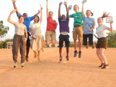 Juniorfrivillige hopper av glede på prosjekt i Ghana
