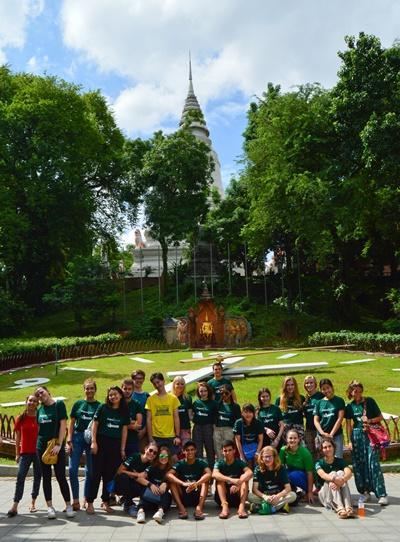 En gruppe juniorfrivillige og ansatte på helgetur i Kambodsja