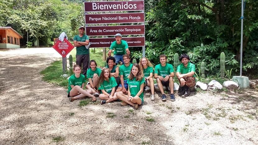 En gruppe frivillige og ansatte på helgetur i Kambodsja