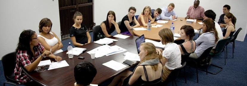 Frivillige på menneskerettighetsprosjektet i et møte