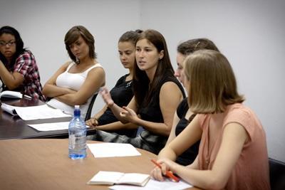 Frivillig på Juss- og Menneskerettighetsprosjekt med Projects Abroad snakker i et møte