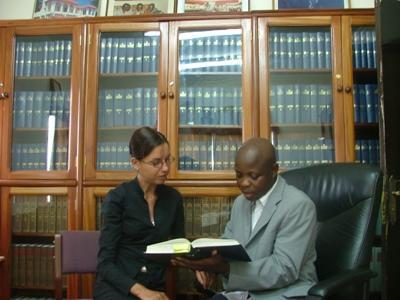 Frivillig på jussprosjektet i Ghana som diskuterer saker med ansatte