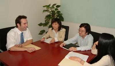 Frivillig sammen med ansatte på internship i Kina