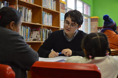 En frivillig i møte med lokale klienter i Cape Town