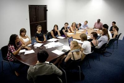 Jusstudenter deltar på et møte om menneskerettigheter i Sør-Afrika