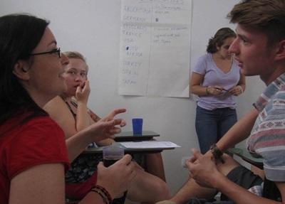 Frivillige på menneskerettighetsprosjektet i Argentina som jobber sammen på kontoret i Cordoba