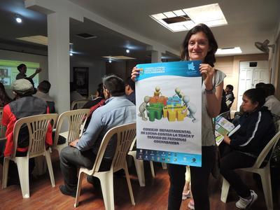 En frivillig på menneskerettighetsprosjektet i Bolivia holder opp en plakat om menneskehandel under en workshop