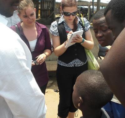 Frivillige jenter gjør undersøkelser i en ghanesisk landsby på menneskerettighetsprosjektet
